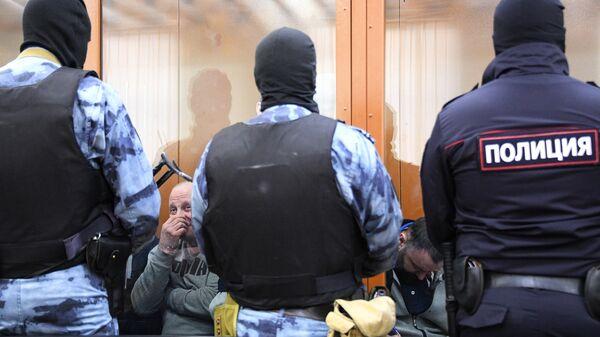 Участники преступной организации, созданной и возглавляемой уроженцем Грузии Асланом Гагиевым, во время предварительных слушаний в Московском окружном военном суде в Москве.