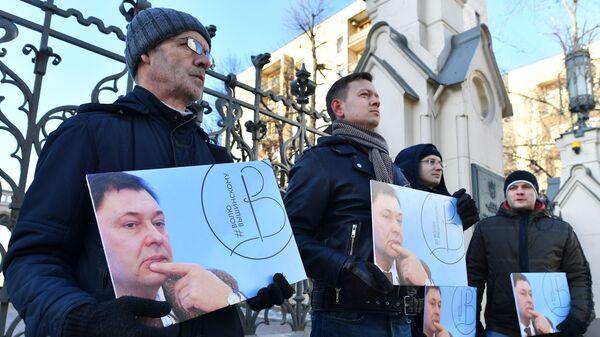 Участники пикета в поддержку руководителя портала РИА Новости Украина Кирилла Вышинского, арестованного на Украине за журналистскую деятельность. 19 февраля 2019