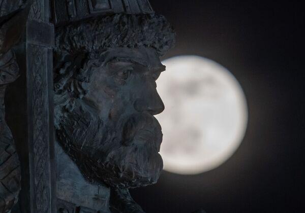 Памятник Владимиру Великому в Москве на фоне луны