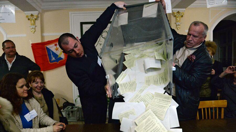 Сотрудники одного из избирательных участков в Севастополе подсчитывают голоса по итогам референдума о статусе Крыма
