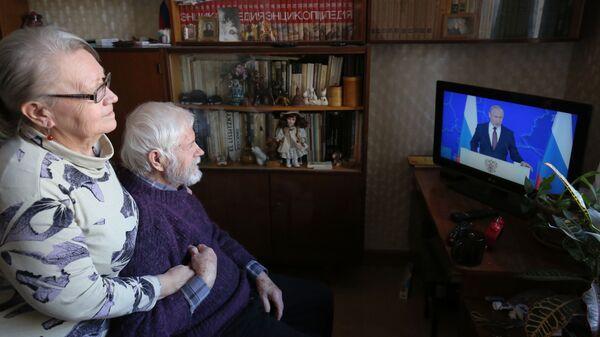 Жители Волгограда смотрят трансляцию ежегодного послания президента РФ Владимира Путина к Федеральному собранию