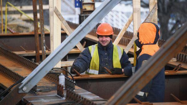 Рабочии во время ремонтных работ на Москворецком мосту в Москве