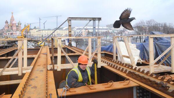 Рабочий во время ремонтных работ на Москворецком мосту в Москве