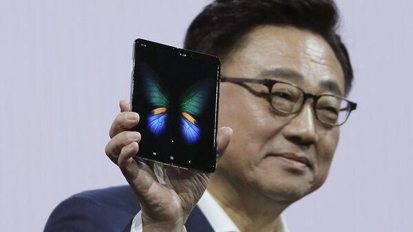 Смартфон Samsung Galaxy Fold с гибким экраном
