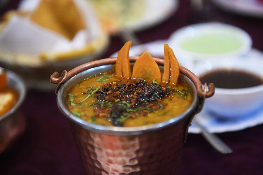 Баттер чикен – куриные кусочки барбекю в густом томатно-сливочном соусе, кафе индийской кухни