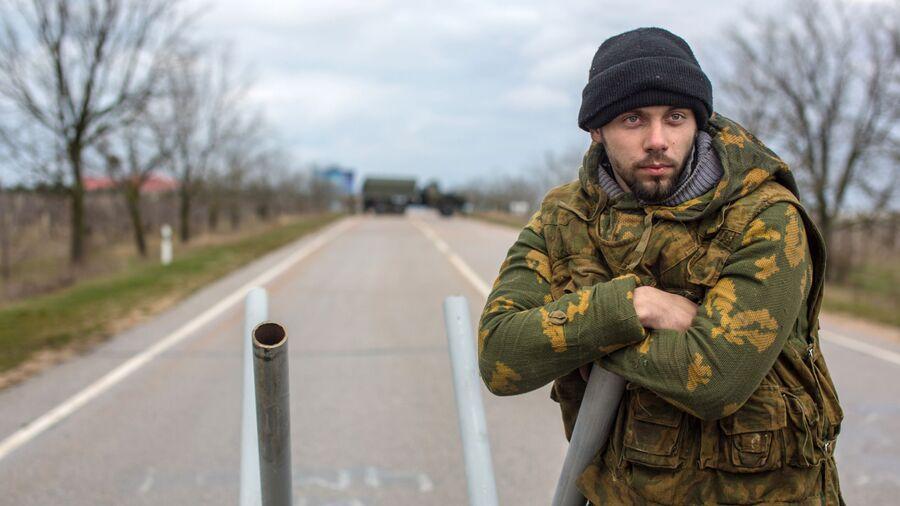 Местный житель из отряда самообороны на блокпосту у въезда в аэропорт Бельбек рядом с Севастополем