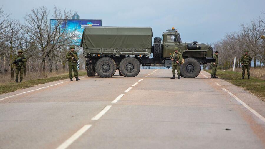 Вооруженные люди на въезде в аэропорт Бельбек рядом с Севастополем