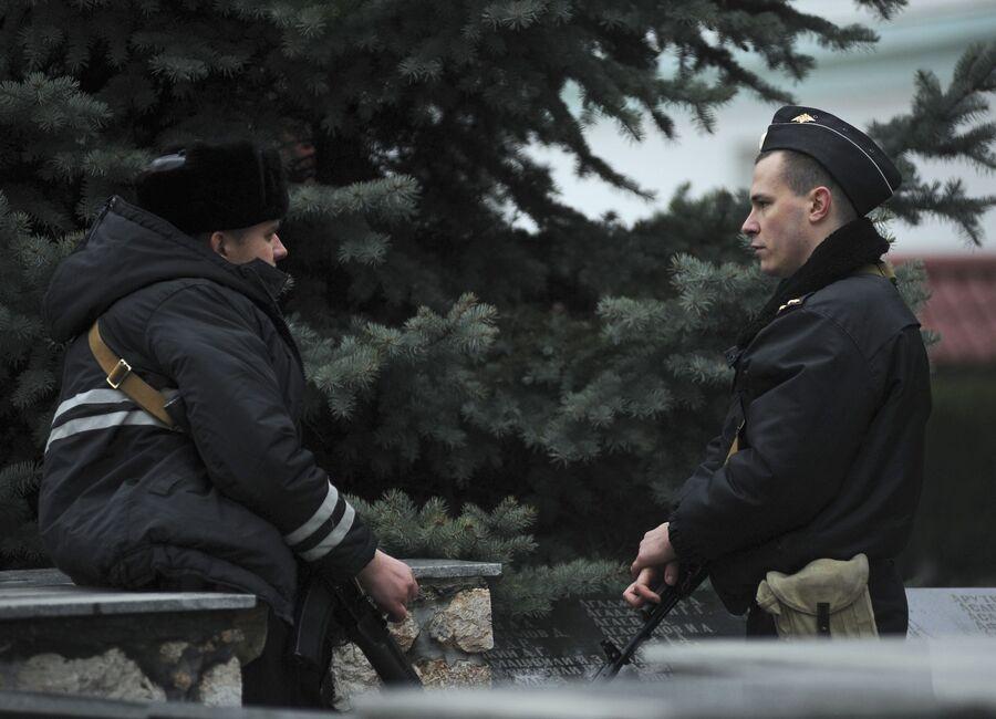 Российский и украинский военнослужащие на территории базы береговой охраны Украины в Балаклаве недалеко от Севастополя
