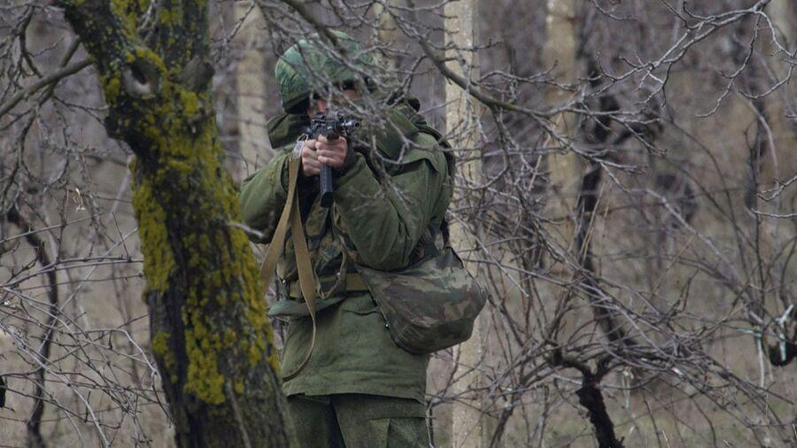 Вооруженный человек блокирует подъезд к аэродрому рядом с Севастополем