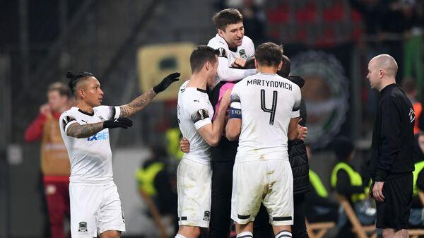 Игроки Краснодара радуются забитому голу в матче против Байера