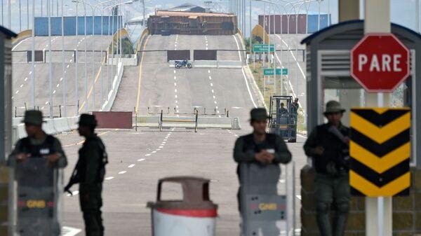 Военнослужащие Национальной гвардии Венесуэлы на заблокированном мосту Тиендитас на границе с Колумбией