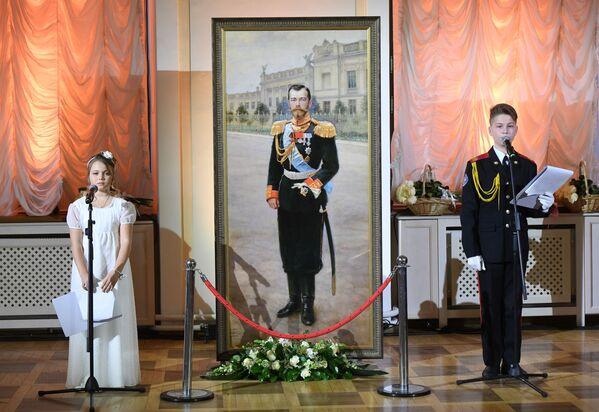 Ведущие во время Кадетского бала, посвященного героям Первой мировой войны, в Доме Пашкова