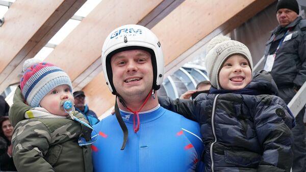 Семен Павличенко с детьми после финиша