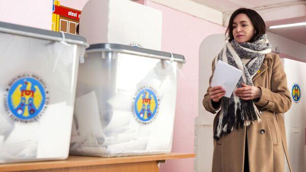 Кандидат от избирательного блока ACUM, лидер партии Действие и солидарность Майя Санду голосует на парламентских выборах на избирательном участке в Кишиневе. 24 февраля 2019
