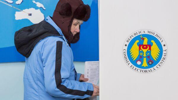 Женщина голосует на парламентских выборах на избирательном участке в Кишиневе. 24 февраля 2019