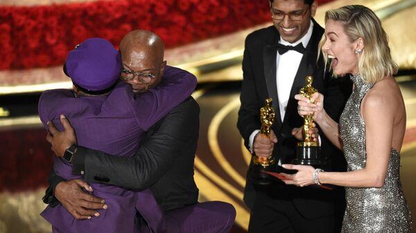Сэмюэл Л. Джексон обнимает Спайка Ли на церемонии вручения наград премии Оскар-2019