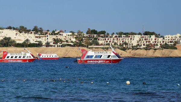 Прогулочные катера возле пляжа в Шарм-эль-Шейхе