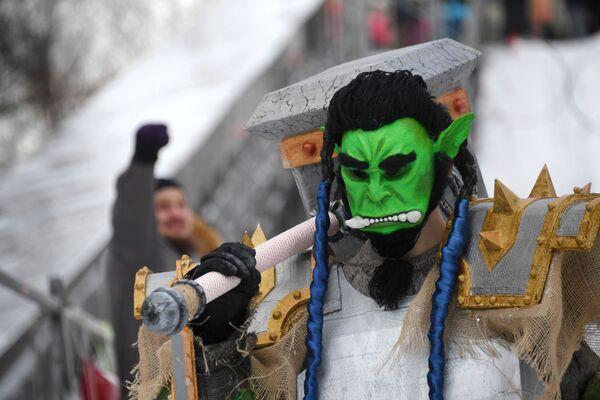 Участник заезда на фестивале необычных саней Battle сани