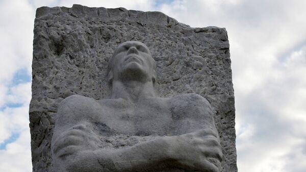 Памятник зверски замученному фашистами генералу Дмитрию Карбышеву на территории бывшего концлагеря Маутхаузен в Австрии