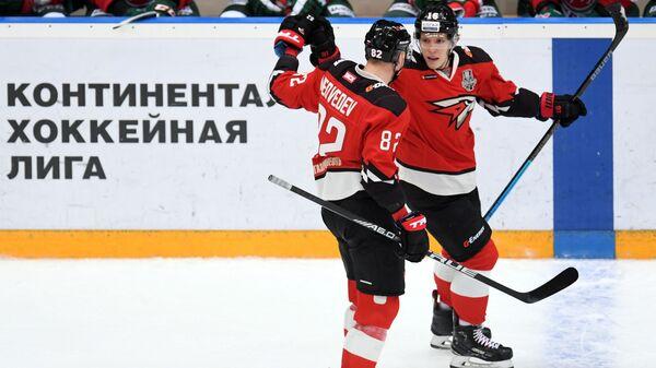 Игроки Авангарда Евгений Медведев (слева) и автор гола Денис Зернов