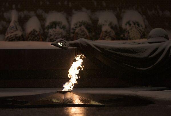Вечный огонь у могилы Неизвестного солдата в Александровском саду в Москве