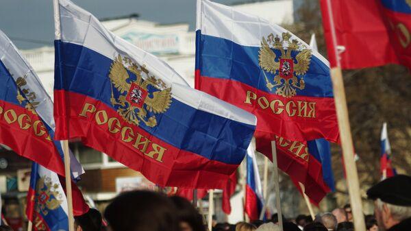 Российские флаги на митинге партии Народная воля в Севастополе