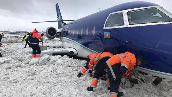 Самолет бизнес-класса Gulfstream, выкатившийся за пределы взлетно-посадочной полосы в Шереметьево