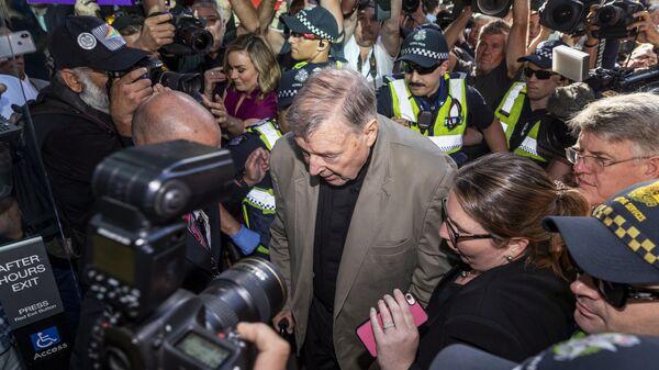Австралийский кардинал Джордж Пелл у здания суда в Мельбурне. 27 февраля 2019