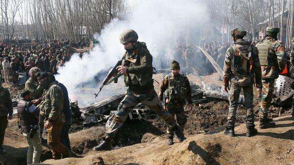 Индийские военные на месте крушения воздушного судна в Кашмире. 27 февраля 2019