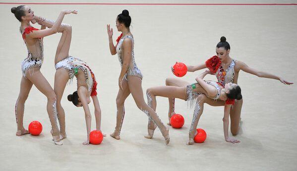 Команда России выполняет упражнение с 5-ю мячами в финале групповой программы по художественной гимнастике на этапе Гран-при Москвы