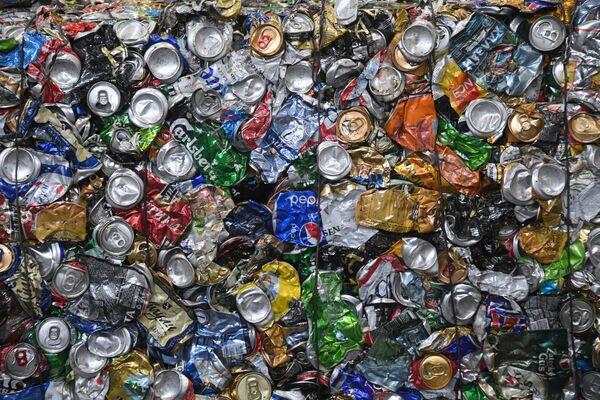 Жестяные банки на предприятии по глубокой переработке твердых коммунальных отходов