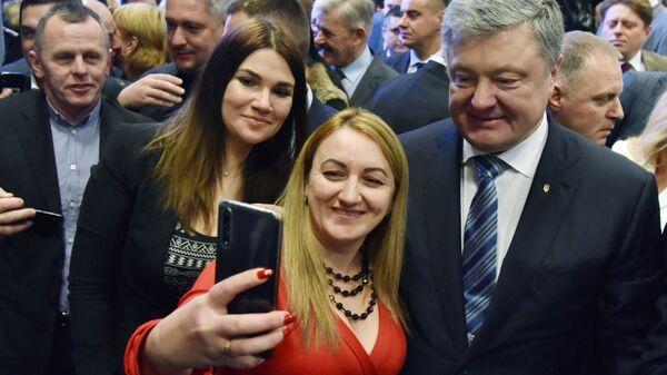 Президент Украины Петр Порошенко фотографируется со своими сторонниками в Совете регионального развития Львовщины