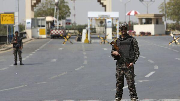 Пакистанские военные на заблокированной дороге, ведущей к международному аэропорту Джинна в Карачи. 28 февраля 2019