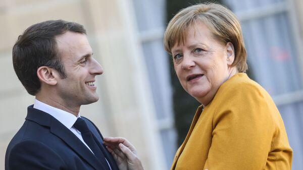 Президент Франции Эммануэль Макрон встречает канцлера Германии Ангелу Меркель в Елисейском дворце в Париже