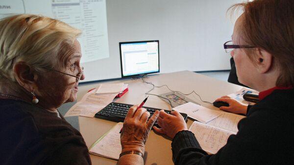 Женщины работают за компьютером