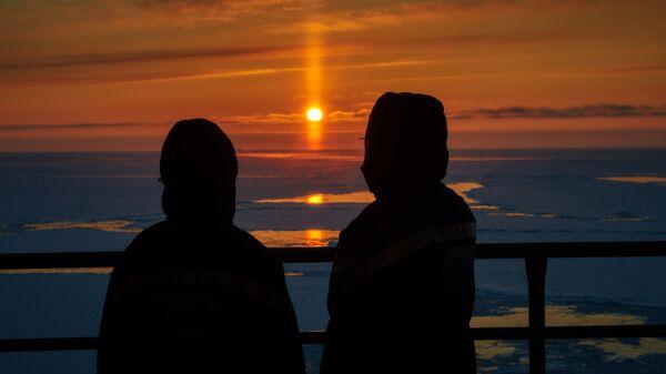 Вид на закат в Баренцевом море с морской нефтеперерабатывающей платформы Приразломная