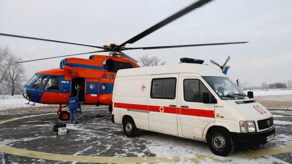 Автомобиль скорой помощи и вертолет санитарной авиации