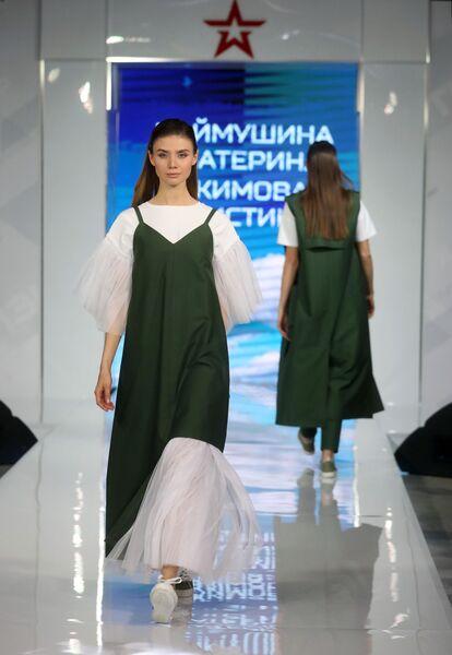 Модель демонстрирует одежду из коллекции Свобода и стиль модельеров Екатерины Наймушиной и Кристины Якимовой