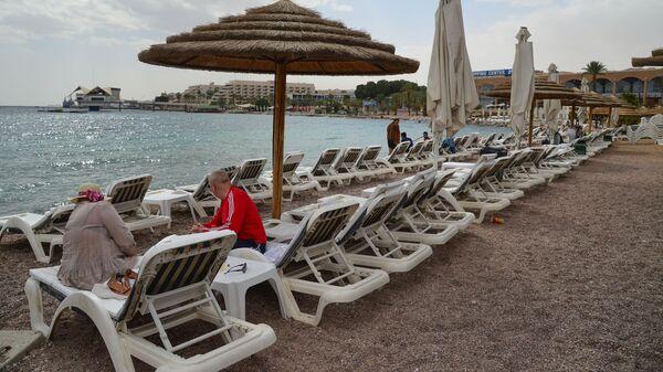Отдыхающие на пляже в Эйлате