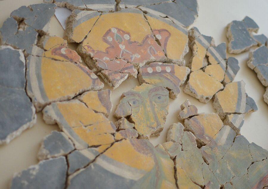 Склеенные фрагменты фресок из храма на Волотовом поле в Новгороде.