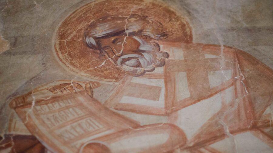 Поклонение жертве, святитель, восточная стена Троицкой каморы, фреска Феофана Грека.