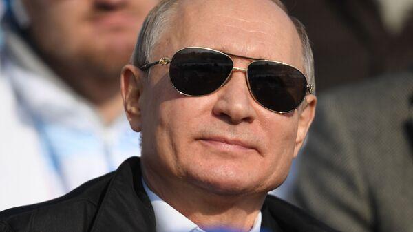 Президент РФ Владимир Путин во время посещения соревнований по лыжным гонкам на 10 км среди мужчин в Красноярске