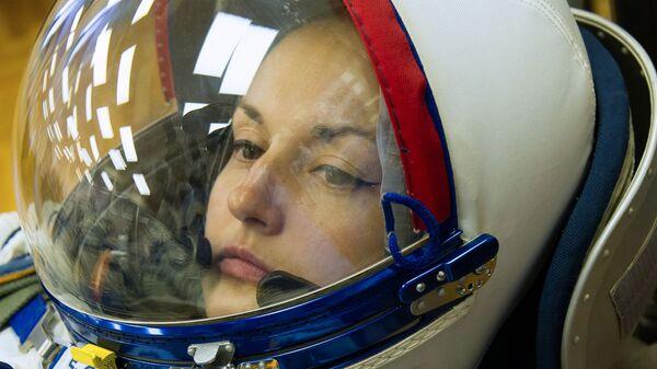 Член основного экипажа транспортного пилотируемого корабля Союз ТМА-14М космонавт Роскосмоса Елена Серова во время примерки скафандра