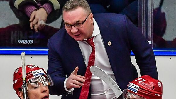 Главный тренер Витязя Валерий Белов (в центре) и хоккеисты клуба