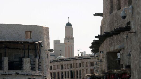 Вид на мечеть на одной из улиц в городе Доха