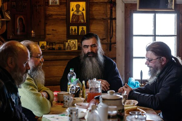 Настоятель монастыря игумен Киприан с монахами и послушниками мужского монастыря Свято-Ильинская Водлозерская Пустынь во время трапезы