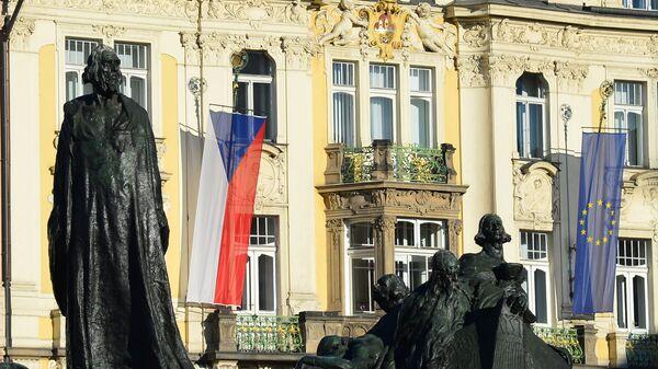Флаги Чехии и ЕС на Староместской площади в Праге