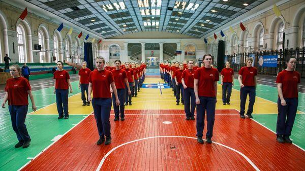Девушки-курсанты на занятиях по физической подготовке в Военно-космической академии имени А.Ф. Можайского в Санкт-Петербурге