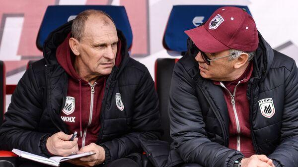 Тренер вратарей Рубина Виталий Кафанов (слева) и главный тренер Рубина Курбан Бердыев