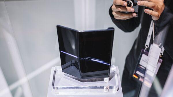 Складной смартфон Huawei Mate X на ежегодной выставке мобильных технологий Mobile World Congress 2019 в Барселоне